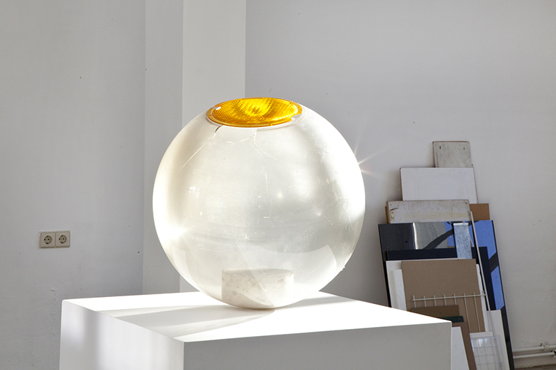 <p>OT (2013) Acryl-Kugel einer Parklaterne, Reflektor, Betonbohrkern, ©Daniela Wolf </p>