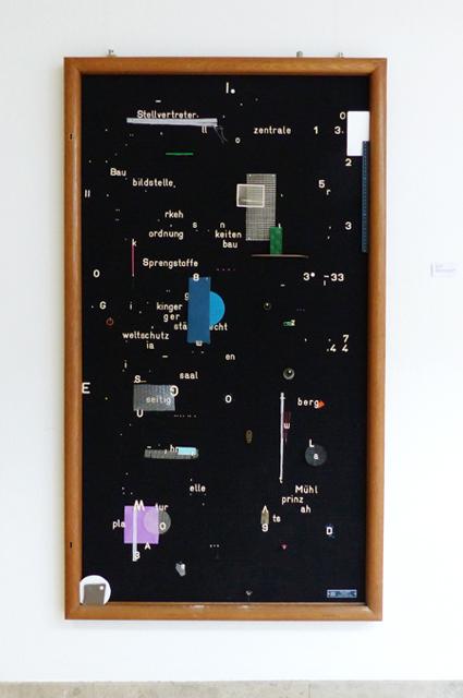 <p>Stellvertreter (2015), Hinweistafel aus dem Büromuseum des Landratsamtes, Fundstücke</p>