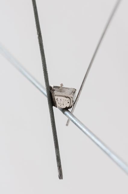 <p>zugleich, Detail, Metalldrähte und -seile, Magnet, © Kay Kromeier</p>